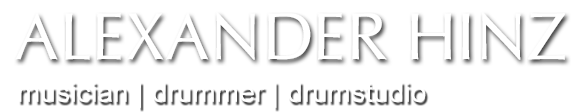 Alexander-Hinz-Schlagzeuger-Musiker-Gospeldrummer-Dozent-Hamburg-School-of-Music-Drummer-Yamaha-Seminarleiter-Recordingstudio-Jazzdrummer-Deichtv-Filmmusik-Profischlagzeuger-Theatermusiker-Gospelmusic-Groovearrangements